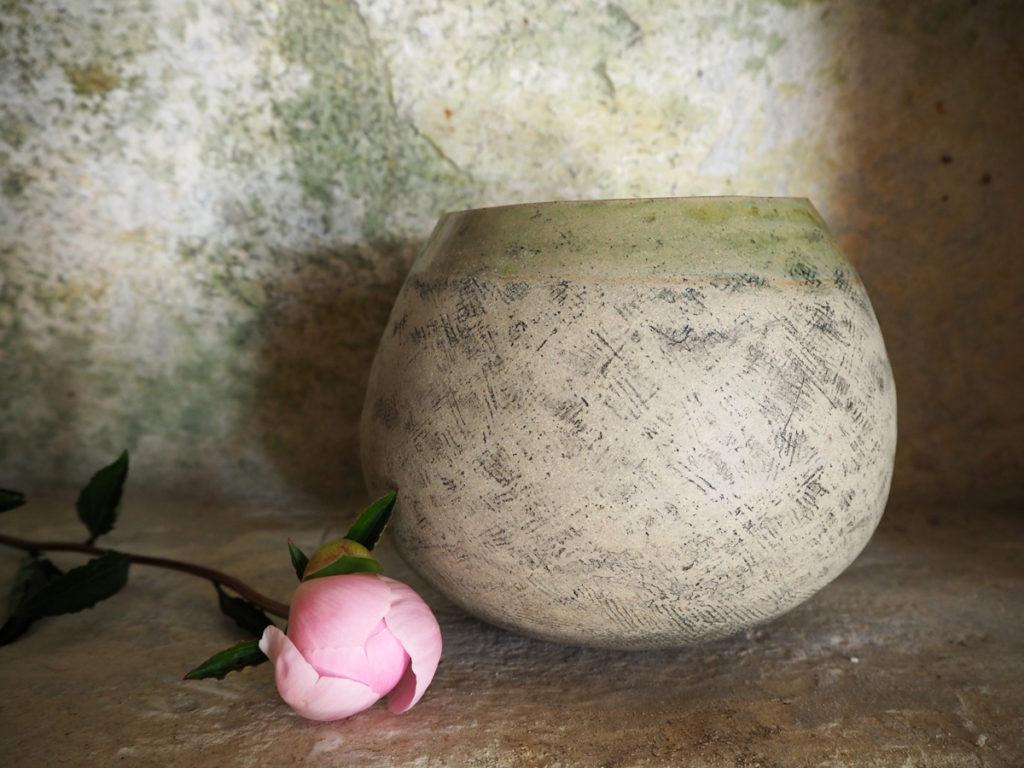 vase en forme de bulbe façonné au colombin par l'atelier modeste