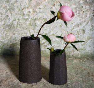 vases en grès noir création de l'atelier modeste