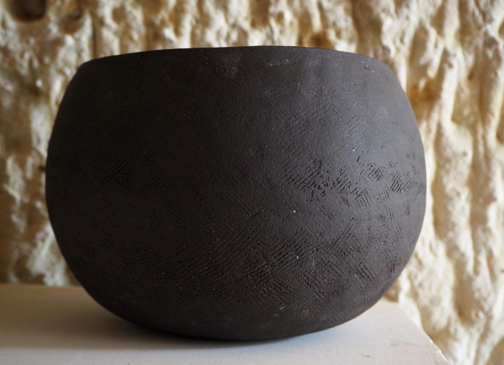 grand pot rond en grès noir façonné au colombin par l'atelier modeste