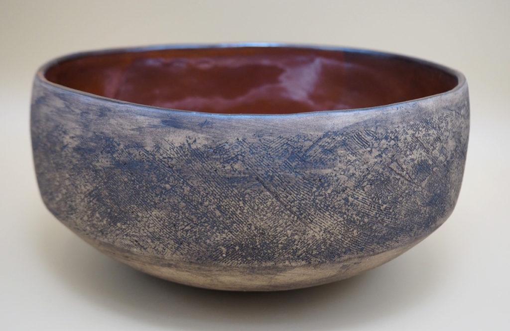 grand plat rond en grès façonné au colombin par l'atelier modeste