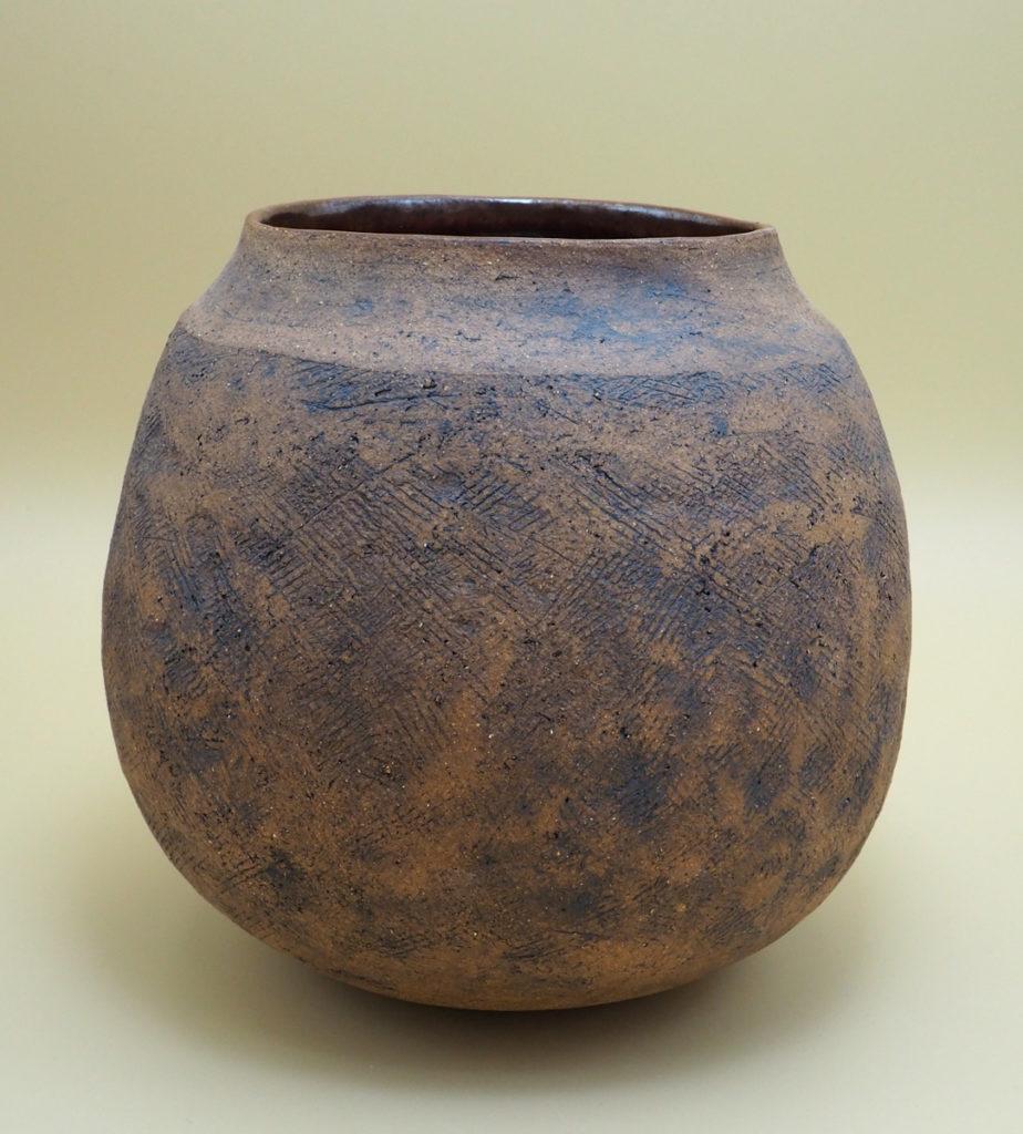 vase primitif en grès façonné au colombin par l'atelier modeste